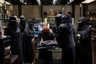 """Η Sara, είκοσι επτά ετών, εργάζεται στον τομέα με καλλυντικά Dior στο Harvey Nichols. Πολλές πωλήτριες αναφέρουν ότι οι οικογένειές τους τις αντιμετωπίζουν με διαφορετικό τρόπο τώρα που είναι οικονομικά ανεξάρτητες. «Οι σύζυγοι σέβονται τις γυναίκες που εργάζονται,"""", είπε η Sara."""
