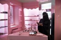 Μετά το διάταγμα από το βασιλιά Abdullah, το 2011, δεκάδες χιλιάδες γυναίκες προστέθηκαν στο εργατικό δυναμικό. Για πρώτη φορά, αλληλεπιδρούν καθημερινά με άνδρες που δεν είναι μέλη της οικογένειας τους.